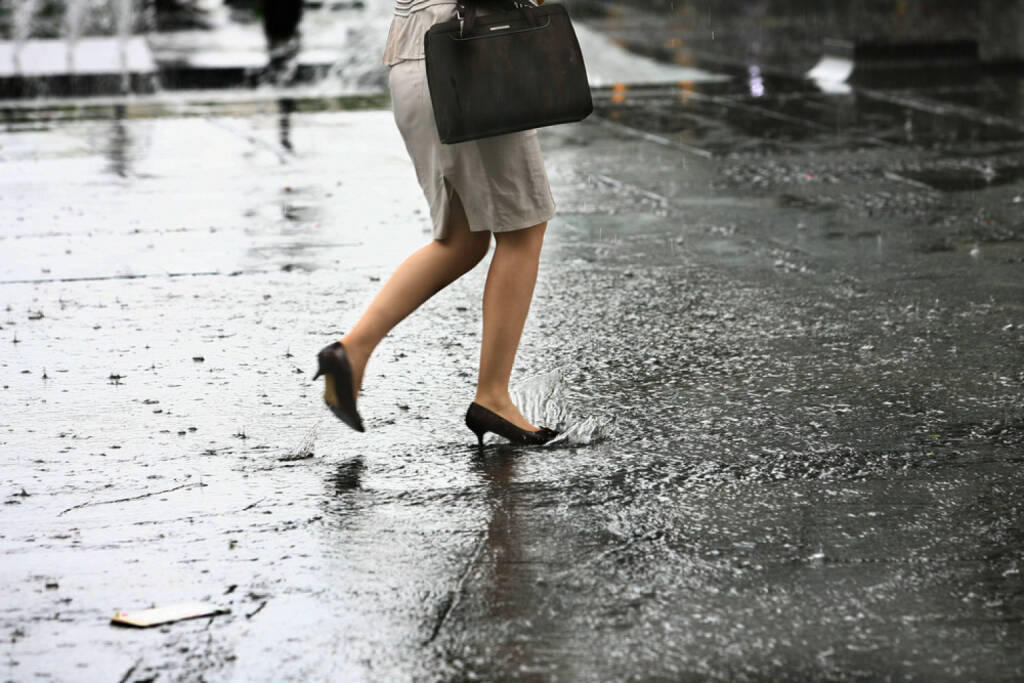 Regen, Sturm, nass, Füße, nasse Füße, http://www.shutterstock.com/de/pic-142814155/stock-photo-female-feet-with-heels-shoes-walk-on-water-when-it-rains.html (Bild: shutterstock.com) (13.07.2014)