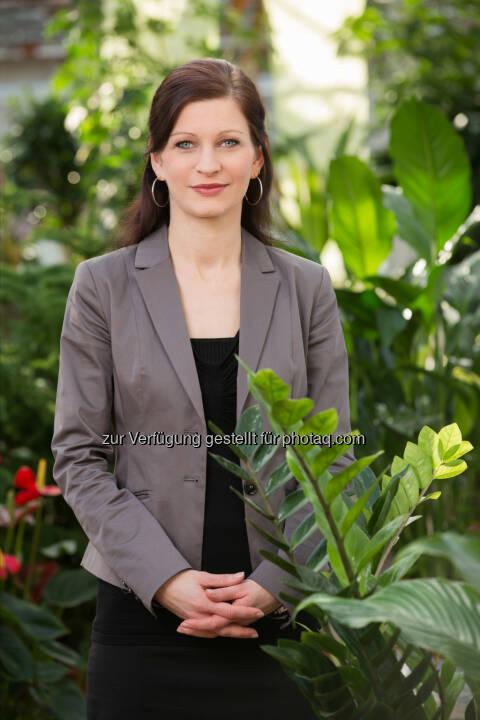 """Isabella Hollerer (Leiterin für Nachhaltige Entwicklung bei bellaflora): """"Mit Düngern, die auf natürlichen Inhaltsstoffen basieren, ist das Risiko der Überdüngung sehr gering. Deshalb ist natürliches Düngen sicherer für die Gärtner und gesünder für Pflanzen und Erdreich."""" (Bild: bellaflora)"""