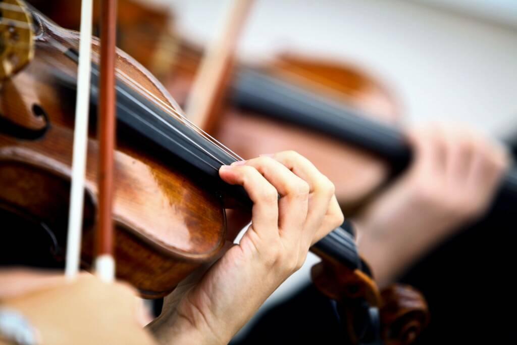 Geige, Geigenspieler, spielen, Bogen, Saite, Violine, http://www.shutterstock.com/de/pic-141732784/stock-photo-detail-of-violin-being-played-by-a-musician.html , © www.shutterstock.com (14.07.2014)