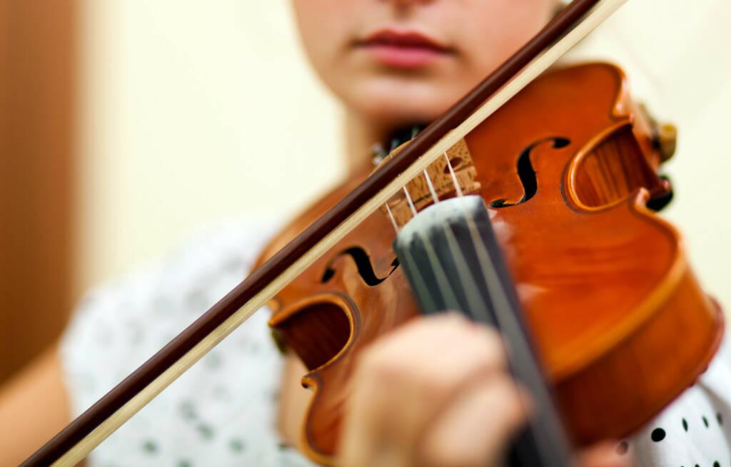 Geige, Geigenspieler, spielen, Bogen, Saite, Violine, http://www.shutterstock.com/de/pic-165366977/stock-photo-young-female-violinist-portrait.html, © www.shutterstock.com (14.07.2014)