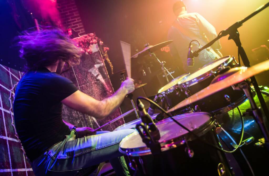 Schlagzeug, Drummer, schlagen, beat, http://www.shutterstock.com/de/pic-175919435/stock-photo-drummer-blurred-motion-playing-on-drum-set-on-stage-focus-on-the-drum-and-microphone.html , © www.shutterstock.com (14.07.2014)