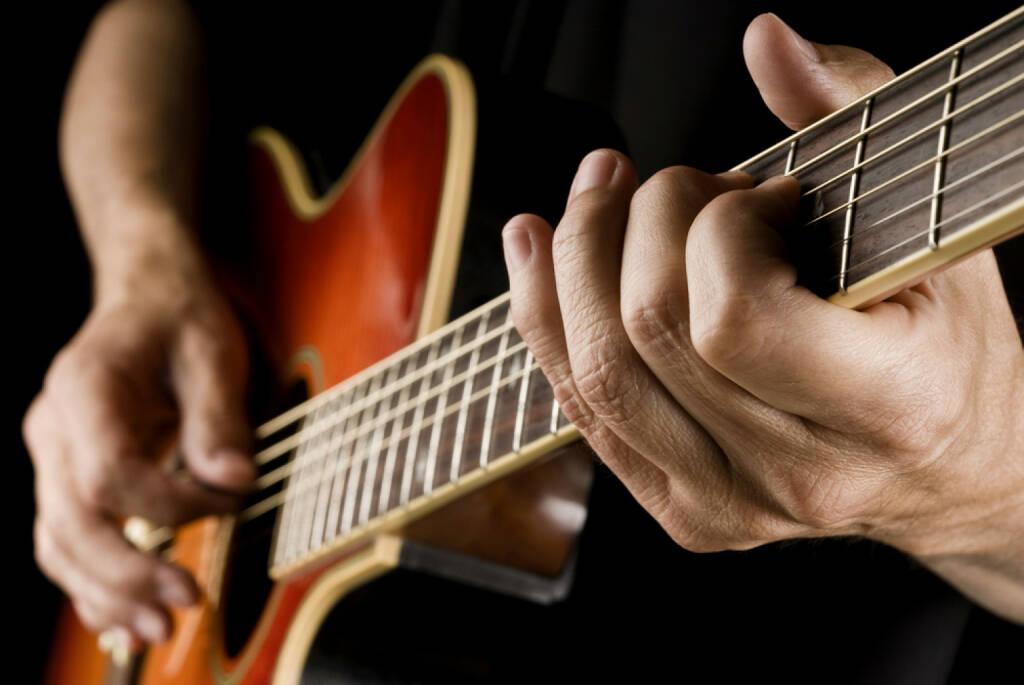 Gitarre, spielen, Musik, Saite, http://www.shutterstock.com/de/pic-200741816/stock-photo-guitarist-hands-playing-country-guitar.html , © www.shutterstock.com (14.07.2014)