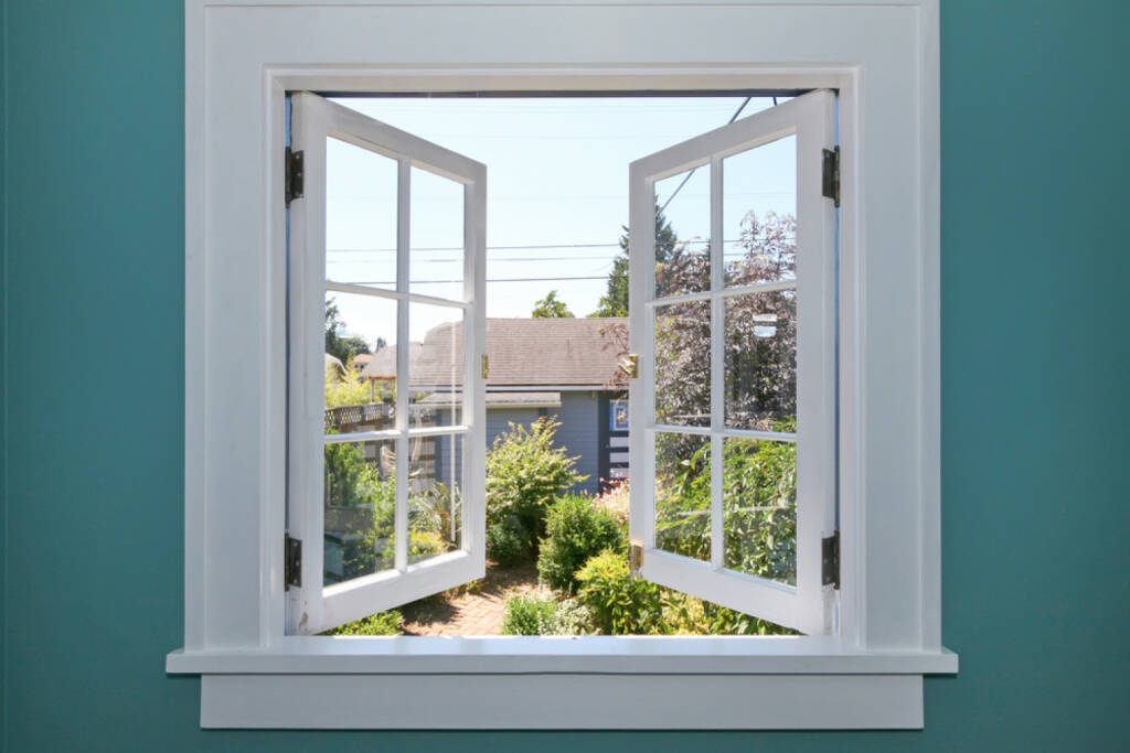 Fenster, offen, Ausblick, Einblick, http://www.shutterstock.com/de/pic-94532305/stock-photo-open-window-to-the-back-yard-with-blue-wall.html  (14.07.2014)