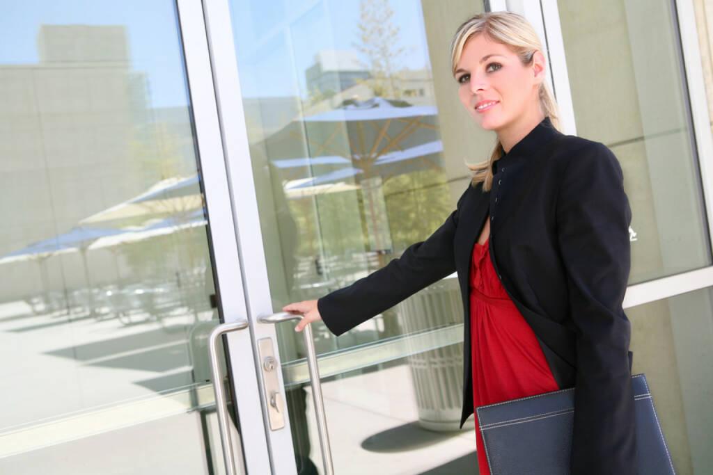 Türe, öffnen, Tag der offenen Tür, Willkommen, herein, hinein, http://www.shutterstock.com/de/pic-50201371/stock-photo-a-pretty-blonde-business-woman-entering-her-company.html (14.07.2014)