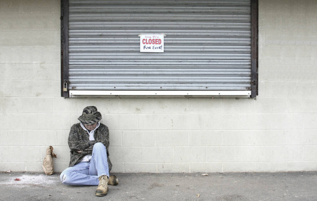 geschlossen, closed, Ende, zu, Armut, traurig, verloren, bankrott, pleite, http://www.shutterstock.com/de/pic-6817387/stock-photo-homeless-man-outside-of-a-closed-business-that-has-gone-bankrupt.html  (14.07.2014)