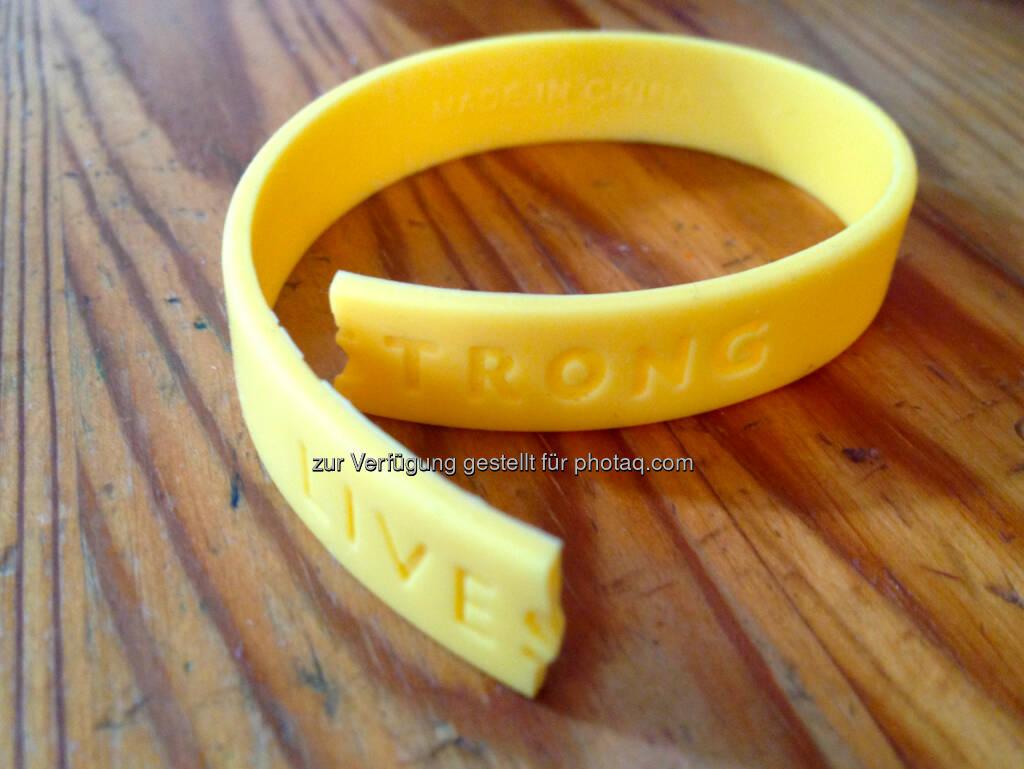 Livestrong, gerissen, gelb, © diverse Handypics mit freundlicher Genehmigung von photaq.com-Freunden (15.07.2014)