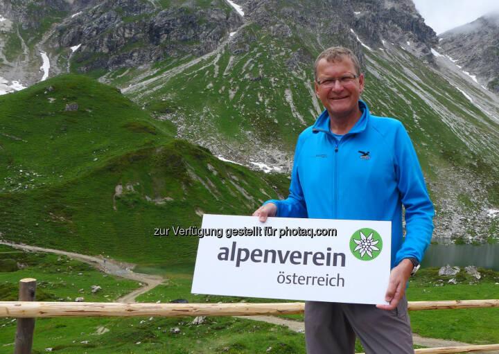Neues Logo für den Alpenverein: Alpenvereinspräsident Andreas Ermacora stellte das neue Logo Mitte Juli auf der Franz-Fischer-Hütte vor.