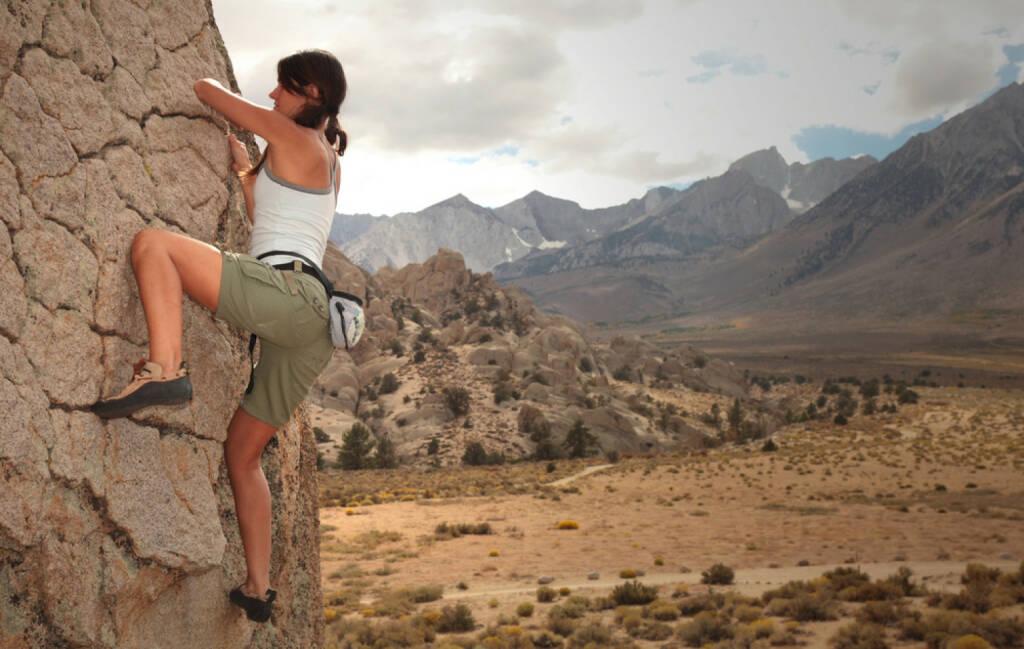 freeclimbing, klettern, hinauf, aufwärts, ungesichert, ungewiss, mutig, Höhe, unsicher, http://www.shutterstock.com/de/pic-63623488/stock-photo-a-strong-woman-climbs-up-a-rock-face.html , © (www.shutterstock.com) (15.07.2014)
