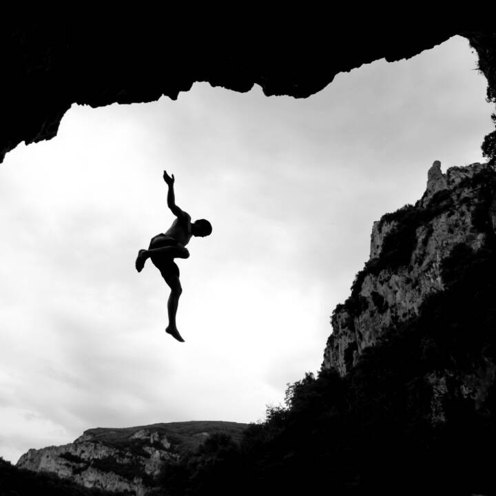 Sprung, Ungewissheit, Sprung ins Ungewisse, ungesichert, Absprung, fallen, Absturz, hinunter, abwärts, sinken, http://www.shutterstock.com/de/pic-80778397/stock-photo-silhouette-of-freeclimber-falling-in-water.html