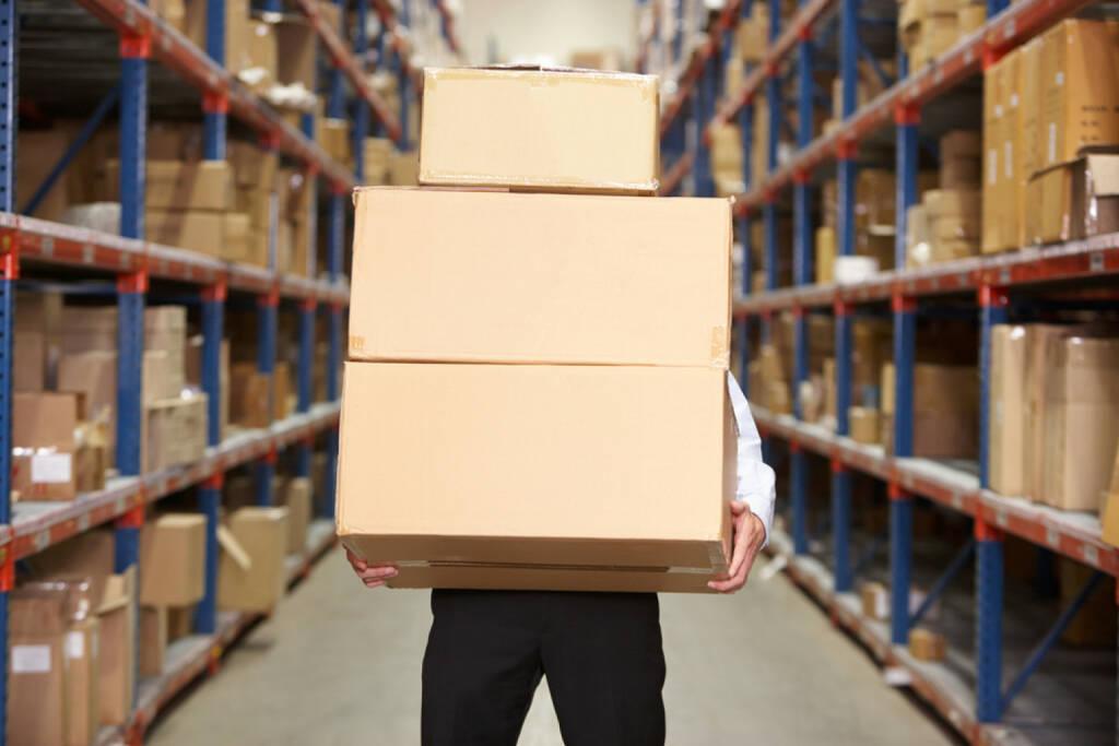 Paket, schwer, Last, tragen, schleppen, langsam, Zustellung, Zentrale, verteilen, Versand, Post http://www.shutterstock.com/de/pic-129634592/stock-photo-man-carrying-boxes-in-warehouse.html  (15.07.2014)