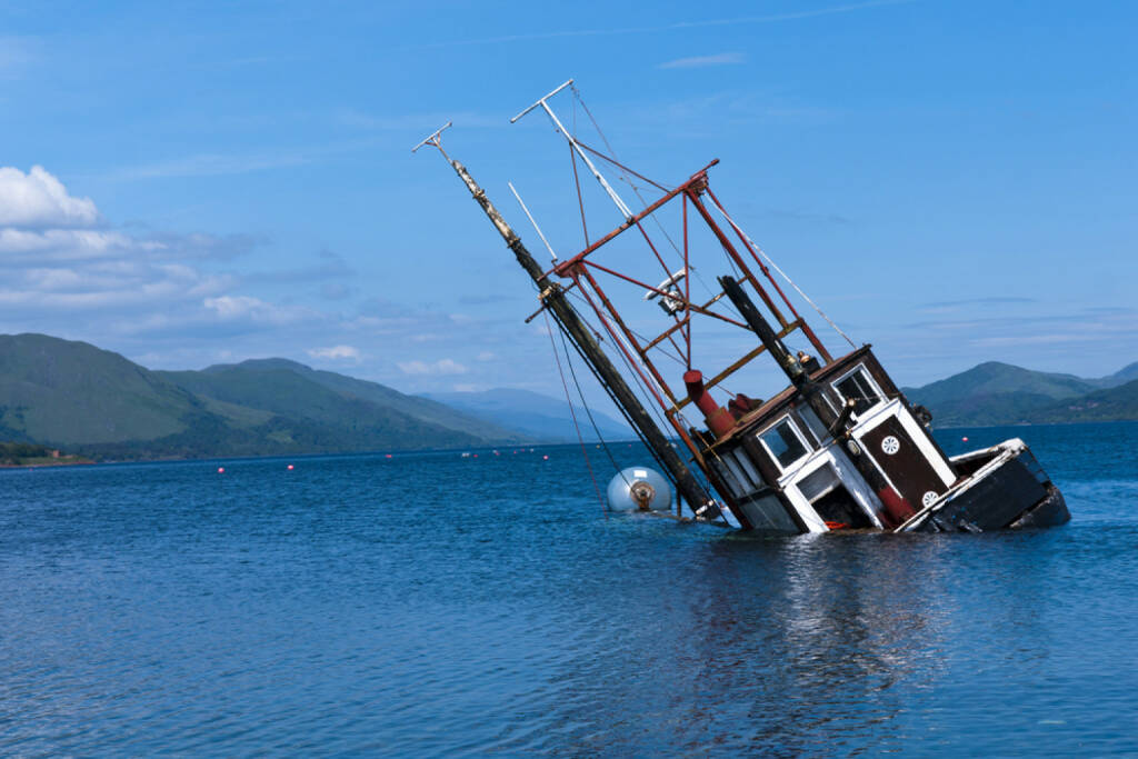 kentern, Schiff, Untergang, sinken, fallen, abwärts, Wasser, Meer, Absturz, http://www.shutterstock.com/de/pic-63312121/stock-photo-a-foundered-and-partially-submerged-fishing-vessel-or-samon-farm-support-vessel-in-loch-linnie-just.html, © (www.shutterstock.com) (15.07.2014)