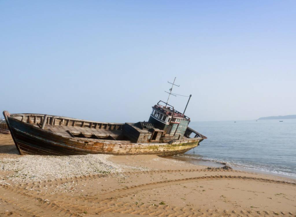 gestrandet, verlassen, Untergang, kaputt, aufgeben, Ende, ko, schlecht, fallend, abwärts, http://www.shutterstock.com/de/pic-91472807/stock-photo-rusty-ship-grounded-at-the-beach.html , © (www.shutterstock.com) (15.07.2014)