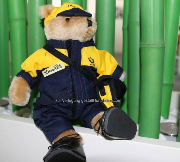 Deutsche Post: Es ist soweit – die Teddytaufe steht an. Dank Ihnen hat unser Postbär jetzt einen Namen! Dürfen wir vorstellen: Bruno Posti. :-)  Source: http://facebook.com/deutschepost