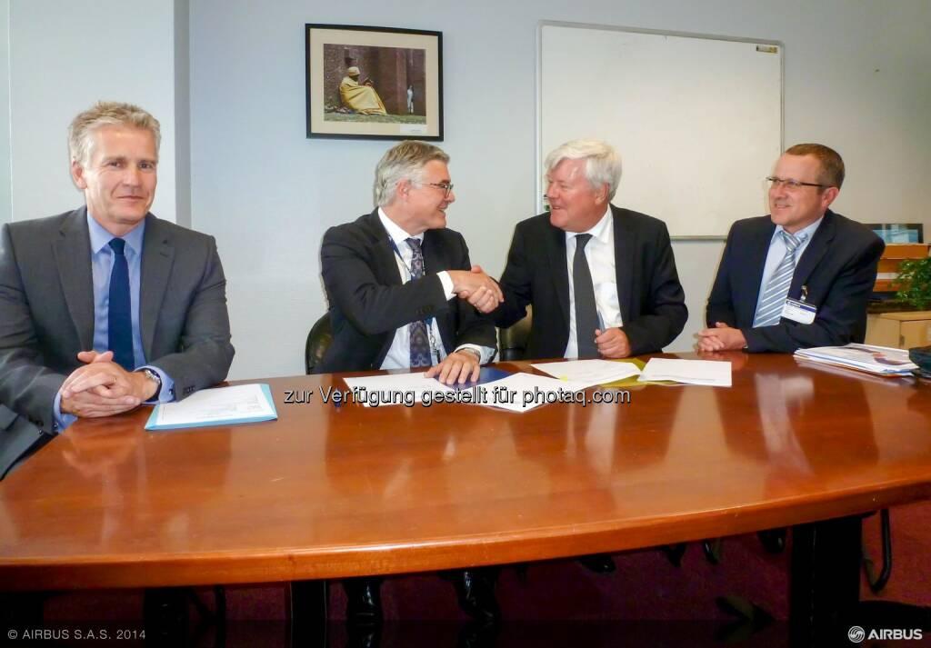 Mark Haisman (VP Wing Procurement, Airbus), Francois Mery (SVP Aerostructures Procurement, Airbus), Walter Stephan (CEO, FACC) und Robert Machtlinger (COO, FACC) bei der Vertragsunterzeichnung für A320 Sharklets  (Bild: Airbus) (16.07.2014)