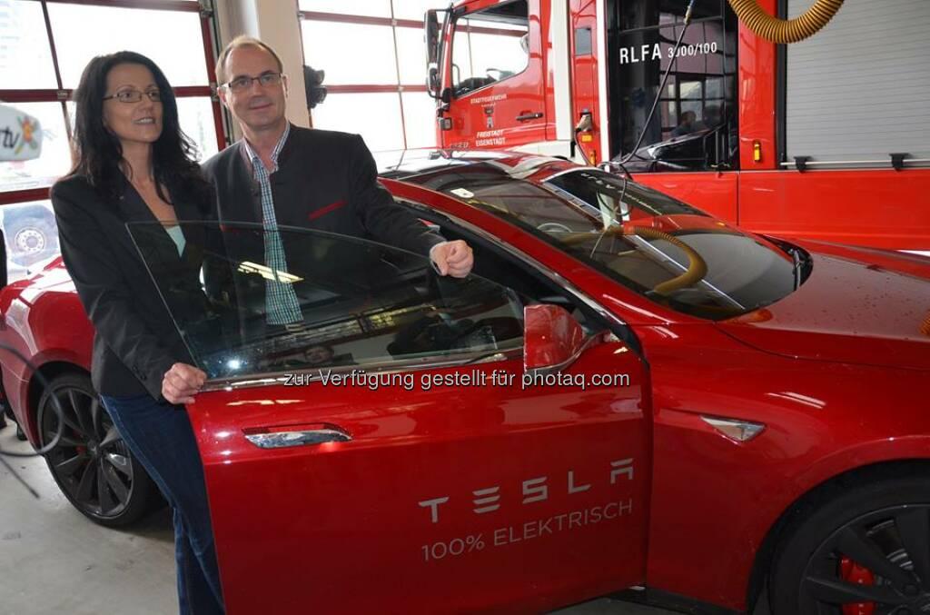 """Tesla: Das Model S begleitete den Landeshauptmann-Stellvertreter, Franz Steindl, am Tag der erneuerbaren Energie quer durch das Burgenland: """"Unser Ziel ist, die besonders umweltfreundliche und effiziente Elektromobilität im Burgenland zu forcieren.""""  Source: http://facebook.com/teslamotors (19.07.2014)"""