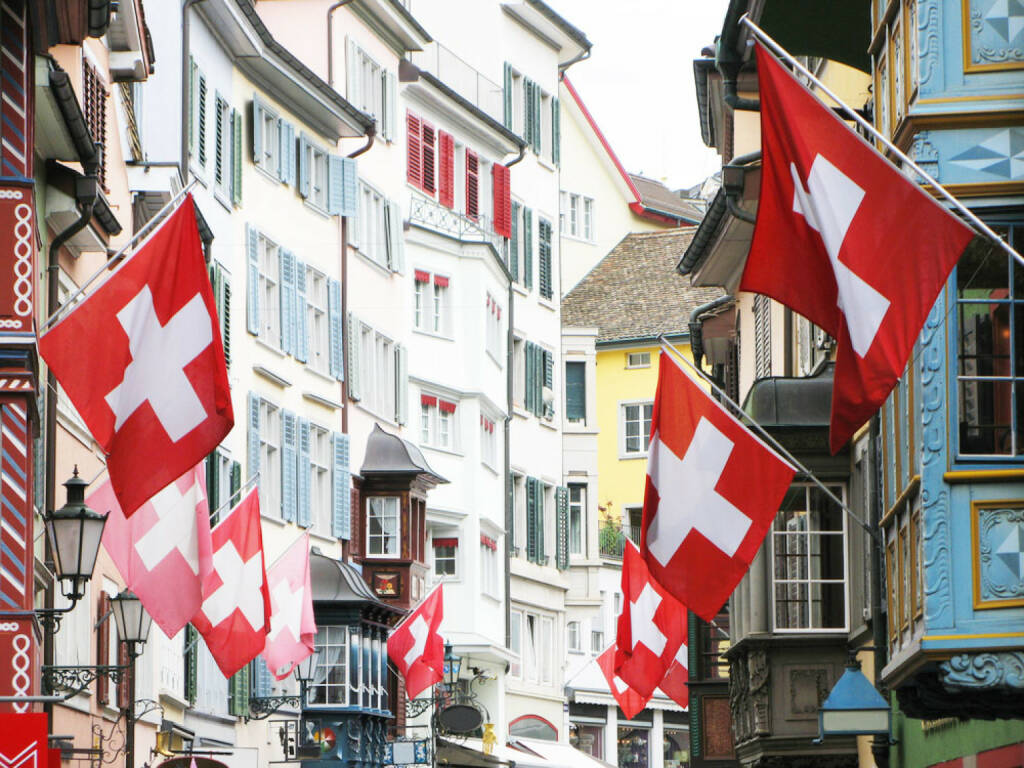 Zürich, Schweiz, Fahne, http://www.shutterstock.com/de/pic-55334821/stock-photo--old-street-in-zurich-decorated-with-flags-for-the-swiss-national-day-st-of-august.html , © shutterstock.com (21.07.2014)