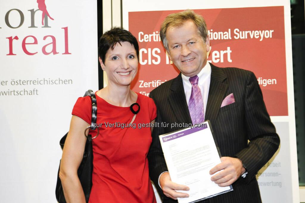 Immofinanz-CEO Eduard Zehetner erhält Eminent-Status: Neo-Eminent Eduard Zehetner mit Laudatorin Sandra Bauernfeind (EHL Immobilien) (c) Aussendung (12.01.2013)