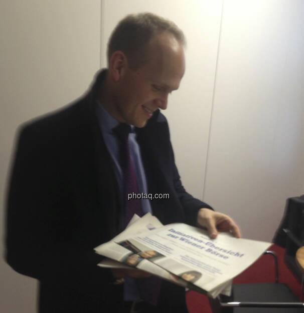 Ronald Stöferle mit den Fachheften (12.01.2013)