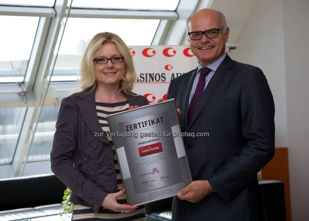 Zertifizierung Leitbetriebe Austria Geschäftsführerin Monica Rintersbacher überreicht Casinos Austria Generaldirektor Karl Stoss das Zertifikat (c) Aussendung, © Aussendung (22.07.2014)