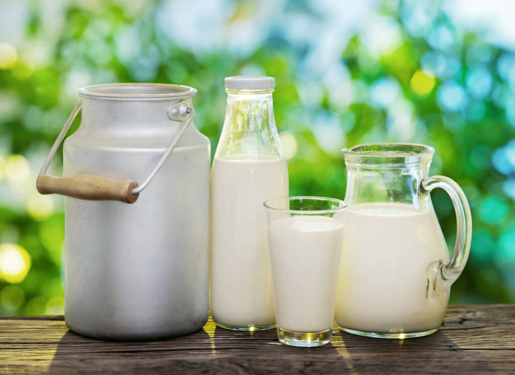 Milch, http://www.shutterstock.com/de/pic-167864297/stock-photo-milk-in-various-dishes-on-the-old-wooden-table-in-an-outdoor-setting.html (25.07.2014)