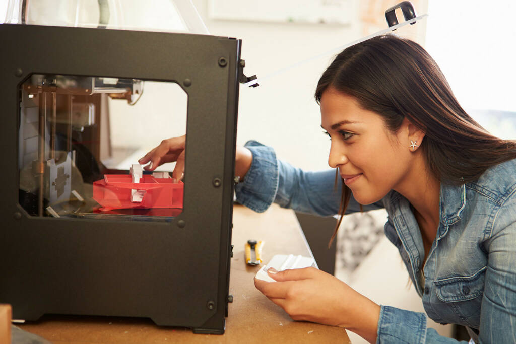 3D Drucker, Architektin, http://www.shutterstock.com/de/pic-184664582/stock-photo-female-architect-using-d-printer-in-office.html (26.07.2014)