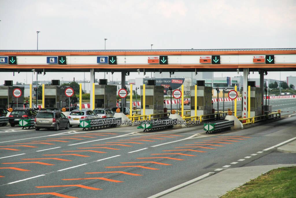 Im Juli dieses Jahres ist das polnische Mautsystem drei Jahre in Betrieb. Das von Kapsch TrafficCom errichtete und betriebene elektronische Mautsystem für LKW ist eines von acht flächendeckenden Systemen in Europa – fünf davon hat Kapsch aufgebaut – und hat dem polnischen Staat bislang Einnahmen von mehr als 770 Millionen Euro (3,2 Milliarden Zloty) gebracht.  (28.07.2014)