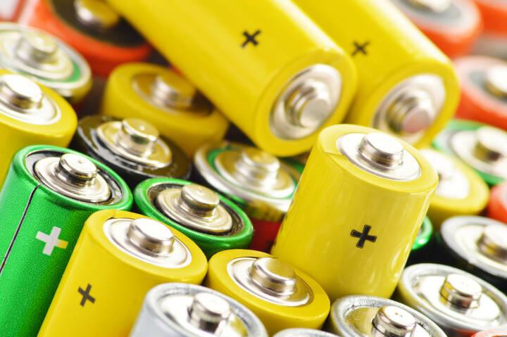 Batterien, Akkus, Plus, laden http://www.shutterstock.com/de/pic-145082083/stock-photo-composition-with-alkaline-batteries.html