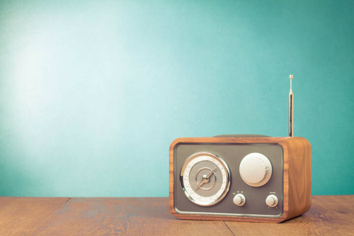 Radio, Radioapparat, Empfänger http://www.shutterstock.com/de/pic-166644611/stock-photo-retro-style-radio-receiver-on-table-in-front-mint-green-background.html