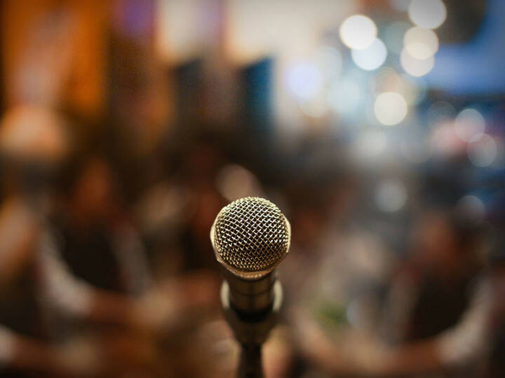 Mikrofon, http://www.shutterstock.com/de/pic-174548207/stock-photo-close-up-of-microphone-in-concert-hall-or-conference-room.html