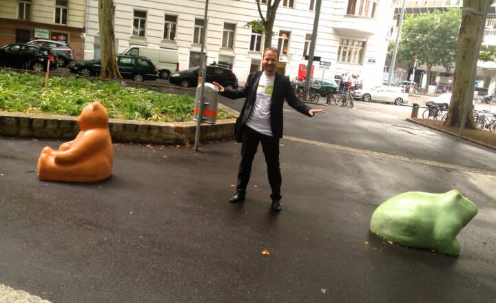 Joe Brunner mit Bär und Frosch, Shirt in der Palfinger Kollektion