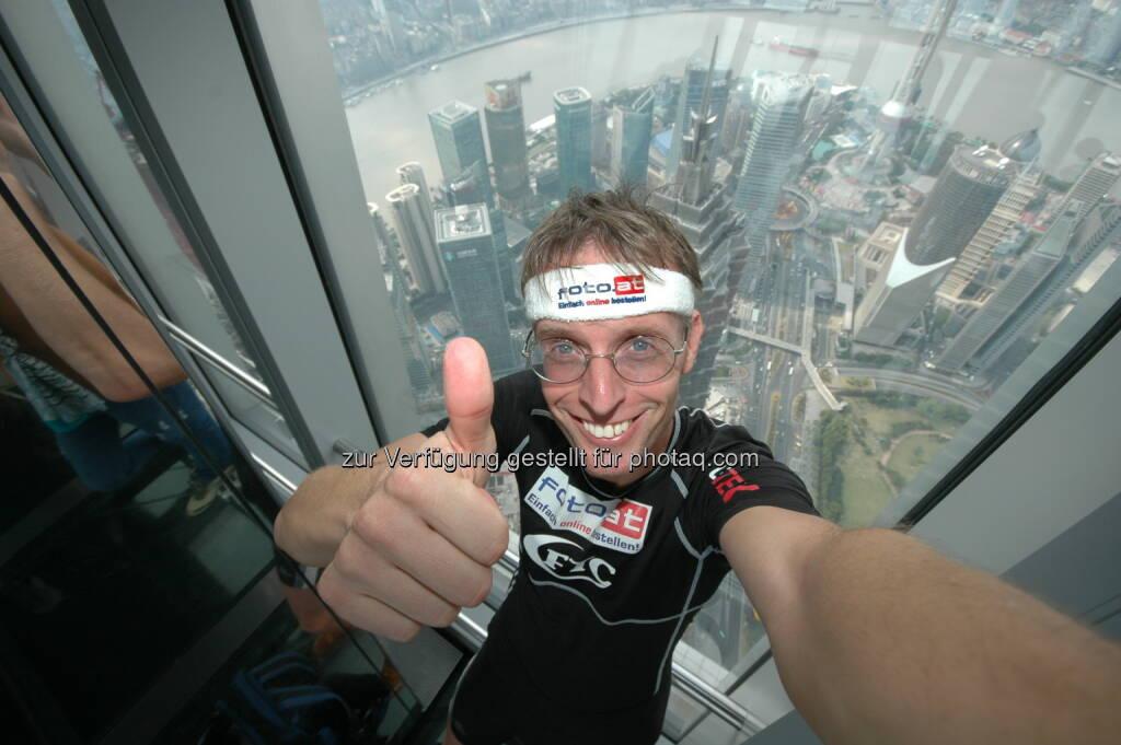 Rolf Majcen, Managing Director FTC, gewinnt den Treppenlauf auf das 492 m hohe Shanghai World Financial Centre. Es ist dies  der längste Wolkenkratzer-Treppenlauf der Welt. Bis dato habe ich 77 Treppenläufe in 44 unterschiedlichen Gebäuden wettkampfmäßig bezwungen, davon 15 Siege, so Finanzexperte Majcen zu finanzmarktfoto.at - http://www.rolf-majcen.com (14.01.2013)