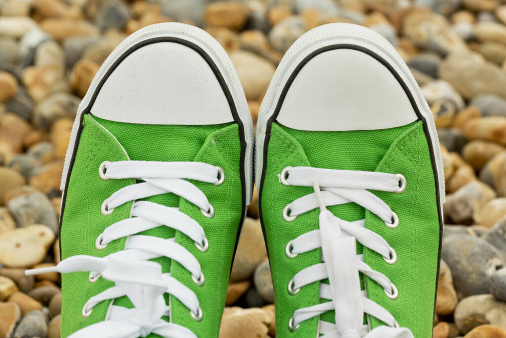 Schuhe, grün, Sneakers, http://www.shutterstock.com/de/pic-201829462/stock-photo-green-new-sneakers-close-up-against-pebble-background.html  (31.07.2014)