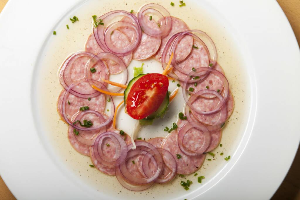 Essig, Wurst, sauer, saure Wurst, beissen, http://www.shutterstock.com/de/pic-175286615/stock-photo-bavarian-sausage-salad-on-wood.html , © www.shutterstock.com (31.07.2014)