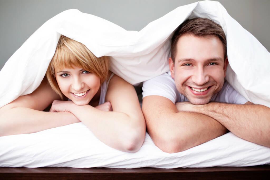 Decke, lachen, schlafen, unter einer Decke stecken, verstecken, http://www.shutterstock.com/de/pic-130173584/stock-photo-happy-couple-lying-in-bed-under-the-blanket.html  (31.07.2014)