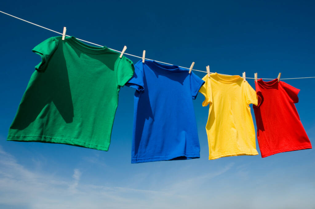 Wäsche, Wäscheleine, aufhängen, waschen, sauber, http://www.shutterstock.com/de/pic-37216123/stock-photo-a-group-of-primary-colored-t-shirts-on-a-clothesline-in-front-of-blue-sky.html , © (www.shutterstock.com) (31.07.2014)
