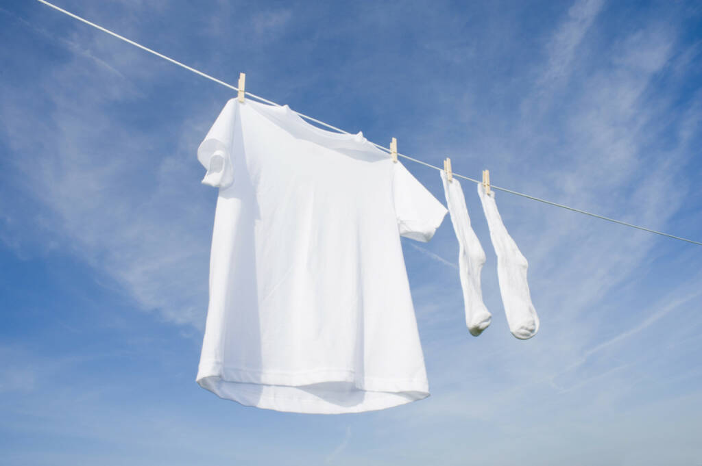 weiß, Wäsche, weiße Wäsche, sauber, waschen, hängen, rein, unschuldig, http://www.shutterstock.com/de/pic-19936420/stock-photo-a-white-blank-t-shirt-hanging-on-a-clothesline-in-front-of-a-blue-sky-background-with-copy-space.html , © (www.shutterstock.com) (31.07.2014)