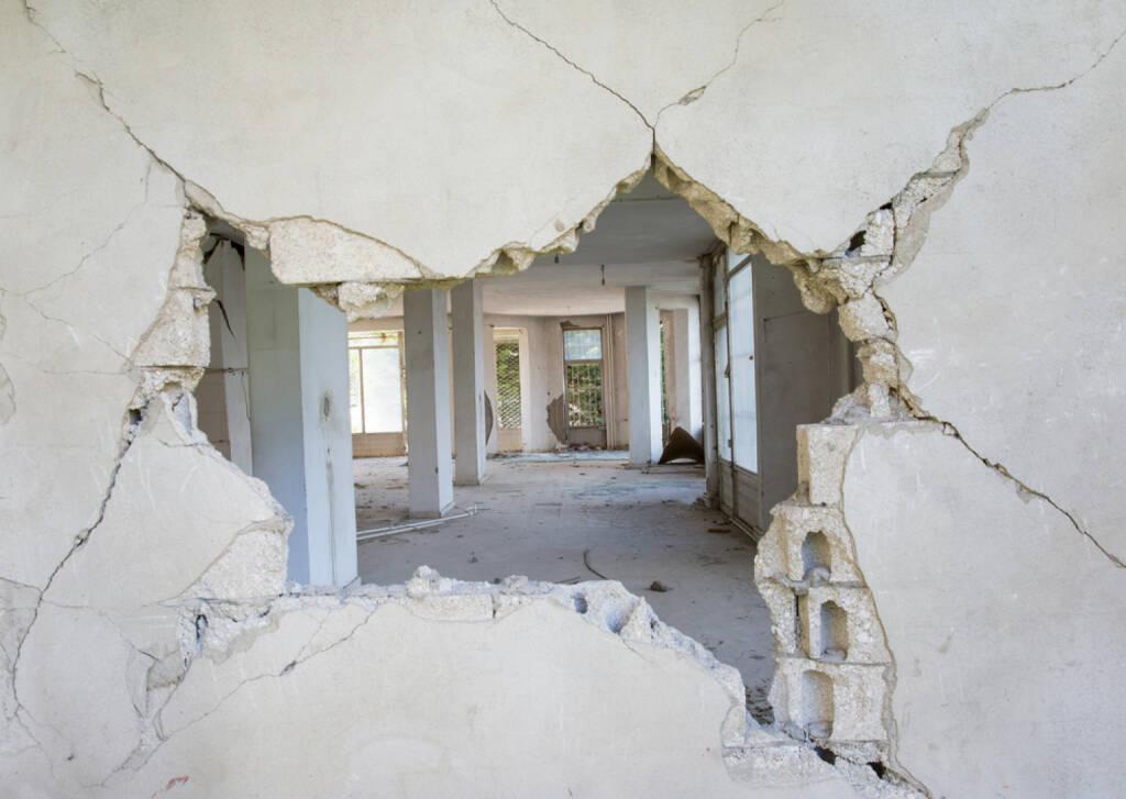 Durchbruch, durchbrechen, Wand, Loch, schlagen, Durchschlag, öffnen, Öffnung, http://www.shutterstock.com/pic-191756651/stock-photo-destroyed-building.html , © (www.shutterstock.com) (31.07.2014)