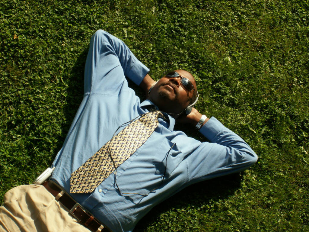 runplugged, Sonne, liegen, business, headphones, Kopfhörer, Wiese, hören, entspannen, relax, Pause, http://www.shutterstock.com/de/pic-413455/stock-photo-business-man-relaxing-on-the-grass-with-headphones-connected-to-an-mp-player.html get the Runplugged App http://bit.ly/1lbuMA9 , © www.shutterstock.com (01.08.2014)