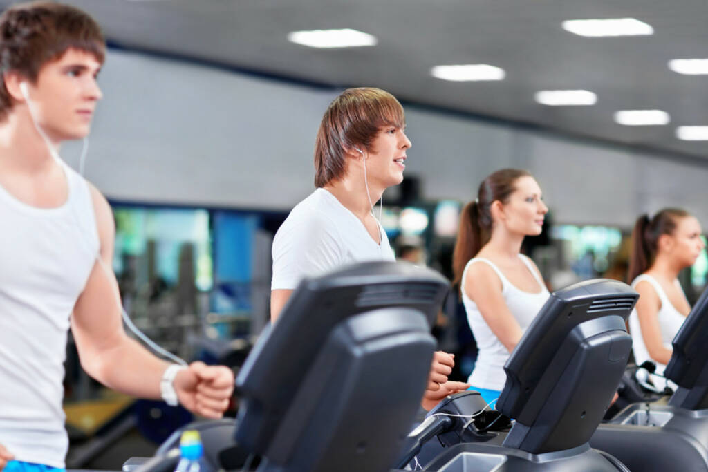 laufen, headphones, Kopfhörer, Musik, hören, Sport, Fitness, app, Laufapp, runplugged, Studio, Fitnessstudio, Laufband, http://www.shutterstock.com/de/pic-109431950/stock-photo-young-people-in-fitness-club.html get the Runplugged App http://bit.ly/1lbuMA9 , © www.shutterstock.com (01.08.2014)