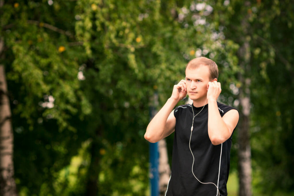 laufen, headphones, Kopfhörer, Musik, hören, Sport, Fitness, app, Laufapp, runplugged, http://www.shutterstock.com/de/pic-148791470/stock-photo-sportive-young-man-runner-jogging-at-great-speed-on-a-road.html get the Runplugged App http://bit.ly/1lbuMA9 , © www.shutterstock.com (01.08.2014)