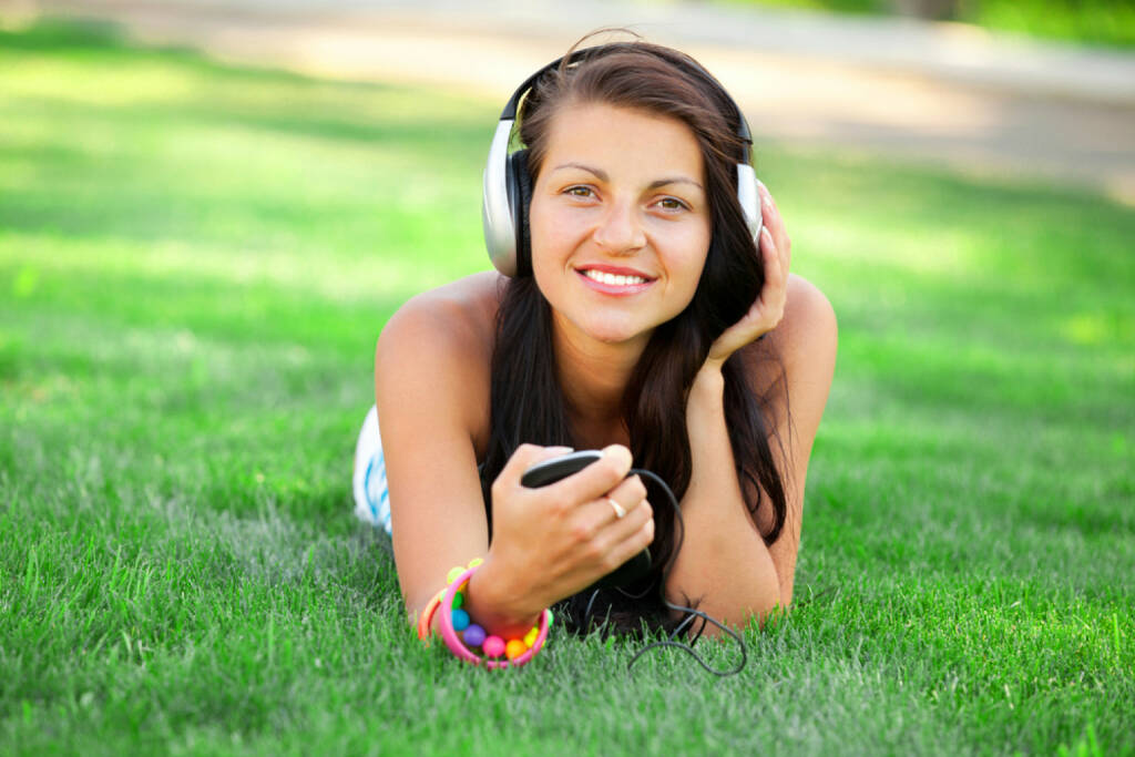 runplugged, Sonne, Musik, hören, Kopfhörer, Urlaub, Freizeit, Wiese, headphones, Park http://www.shutterstock.com/de/pic-152051918/stock-photo-brunette-girl-with-headphones-at-outdoor.html get the Runplugged App http://bit.ly/1lbuMA9 , © www.shutterstock.com (01.08.2014)
