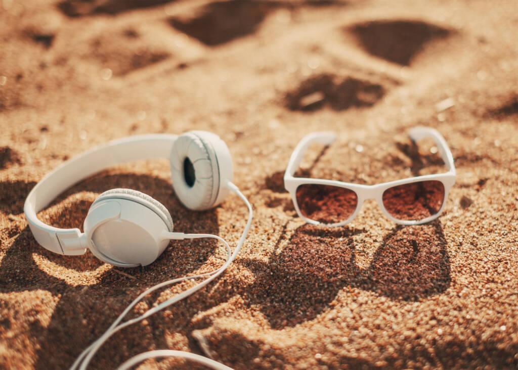 runplugged, Sonne, Strand, Musik, hören, Kopfhörer, Urlaub, Freizeit, Meer, Sonnenbrille, Sand, http://www.shutterstock.com/de/pic-200524193/stock-photo-white-sunglasses-and-headphones-on-sand.html get the Runplugged App http://bit.ly/1lbuMA9 , © www.shutterstock.com (01.08.2014)