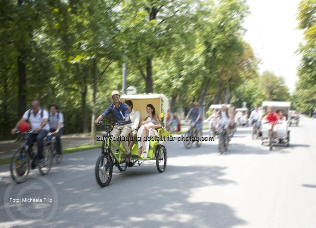 Auf drei Rädern in den Hafen der Ehe: Hochzeit einmal anders. Hundert Menschen feiern auf 155 Rädern Wiens erstes Green Wedding.(C) Maierhofer Lukas, © Aussender (01.08.2014)