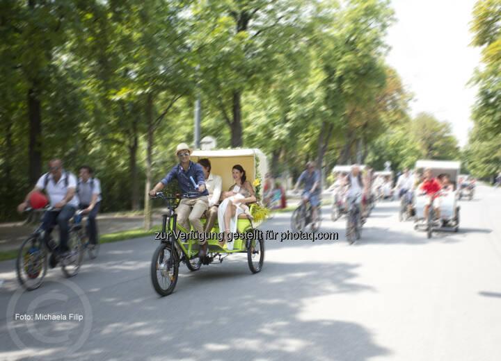 Auf drei Rädern in den Hafen der Ehe: Hochzeit einmal anders. Hundert Menschen feiern auf 155 Rädern Wiens erstes Green Wedding.(C) Maierhofer Lukas