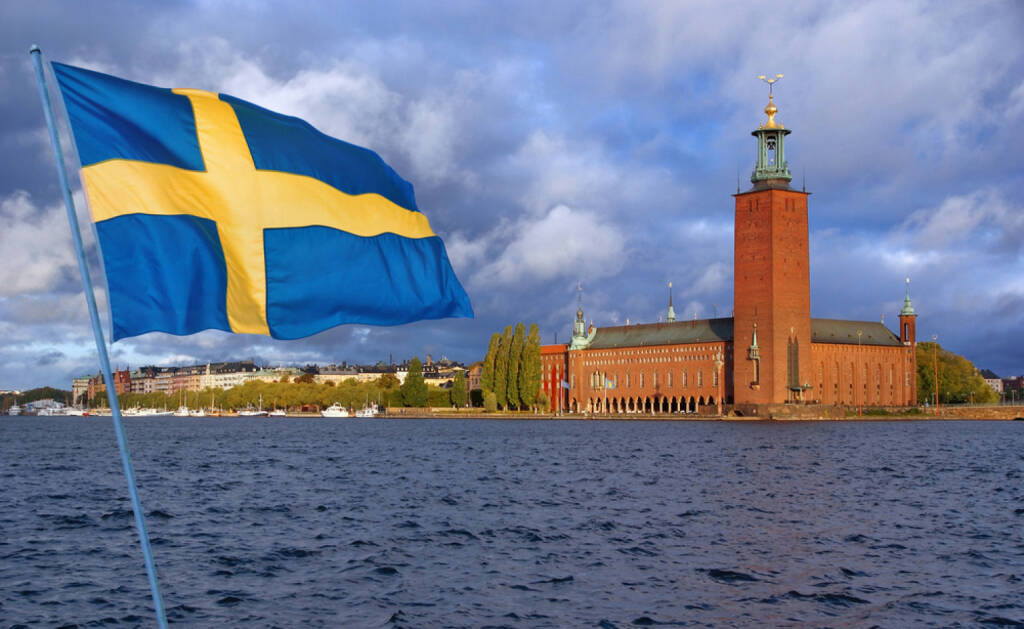 Stockholm, Schweden, Fahne, Flagge, http://www.shutterstock.com/de/pic-93717142/stock-photo-stockholm-view-of-city-hall-from-the-lake-mclaren-with-flag.html? , © shutterstock.com (04.08.2014)