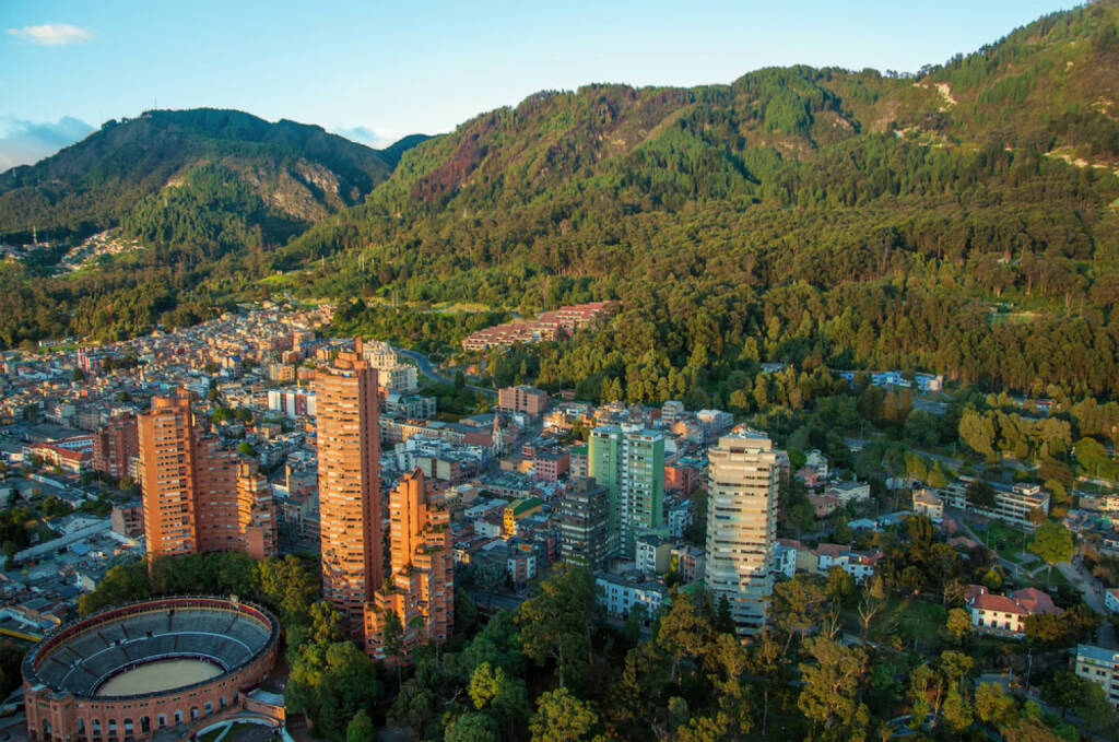 Bogota, Kolumbien, http://www.shutterstock.com/de/pic-121080436/stock-photo-a-view-of-the-center-of-bogota-with-the-andes-in-the-background.html , © (www.shutterstock.com) (04.08.2014)