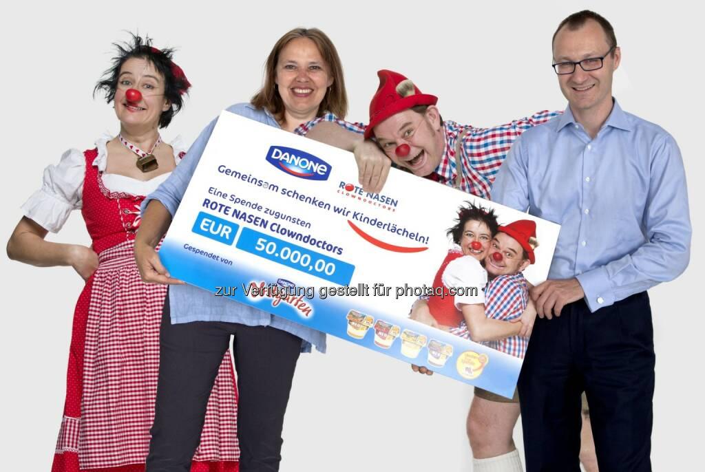 Frédéric Leroy, Geschäftsführer Danone GmbH, übergibt Scheck an Edith Heller, Rote Nasen Geschäftsführerin: Danone Österreich spendet 50.000 Euro für Rote Nasen Clowndoctors, © Aussender (05.08.2014)