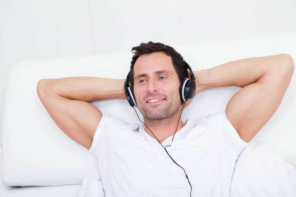 runplugged, Bett, headphones, Kopfhörer, Musik, entspannen, zuhause, hören, liegen, http://www.shutterstock.com/de/pic-126749168/stock-photo-young-man-listening-music-on-headphone-indoors.html , © www.shutterstock.com (05.08.2014)