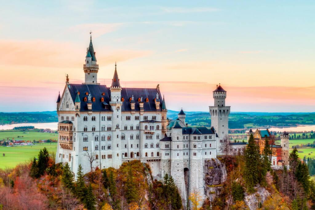 Neuschwanstein, Schloss, Bayer, Deutschland, http://www.shutterstock.com/de/pic-163531187/stock-photo-neuschwanstein-lovely-autumn-landscape-panorama-picture-of-the-fairy-tale-castle-near-munich-in.html (09.08.2014)