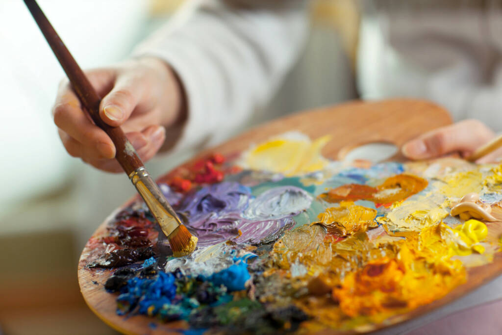 mischen, mixen, Farbe, Palette, Pinsel, malen, bunt, http://www.shutterstock.com/de/pic-132622637/stock-photo-artist-brush-mix-color-oil-painting-on-palette-is-holding-in-his-hand-closeup.html? , © www.shutterstock.com (24.03.2017)